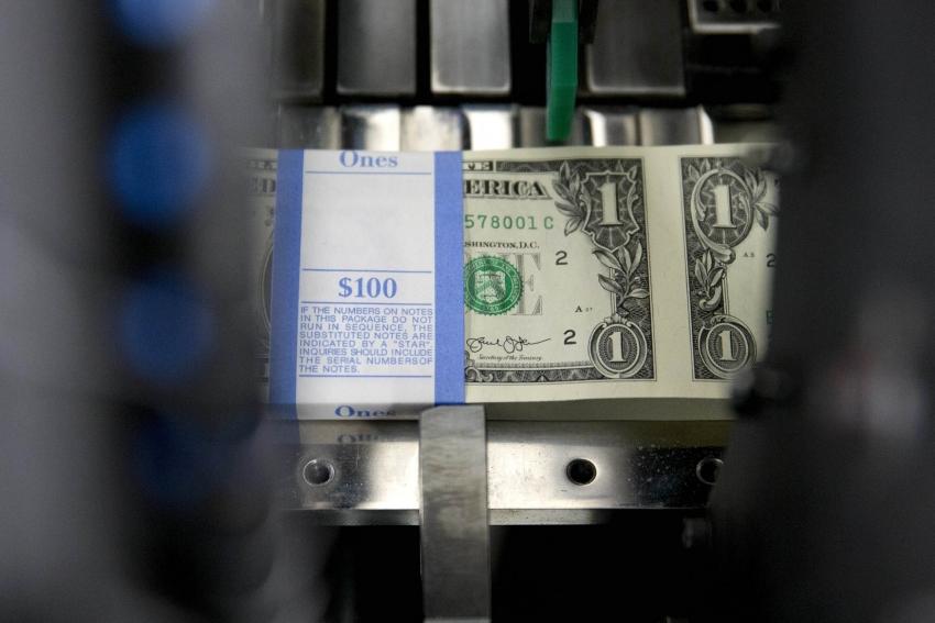 الدولار يقفز بعد بيانات عززت فرص تحرك الفيدرالي لخفض التحفيز