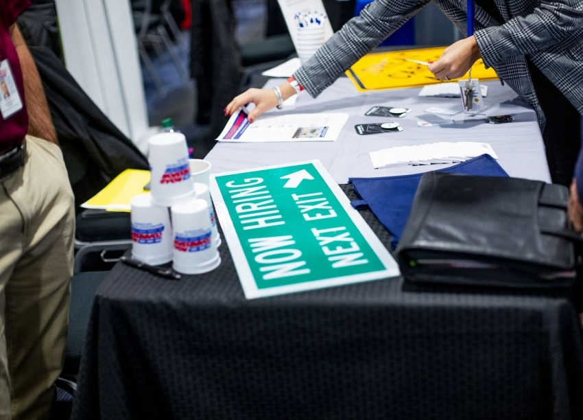 طلبات إعانة البطالة بأمريكا تنخفض إلى أدنى مستوى في 5 أسابيع
