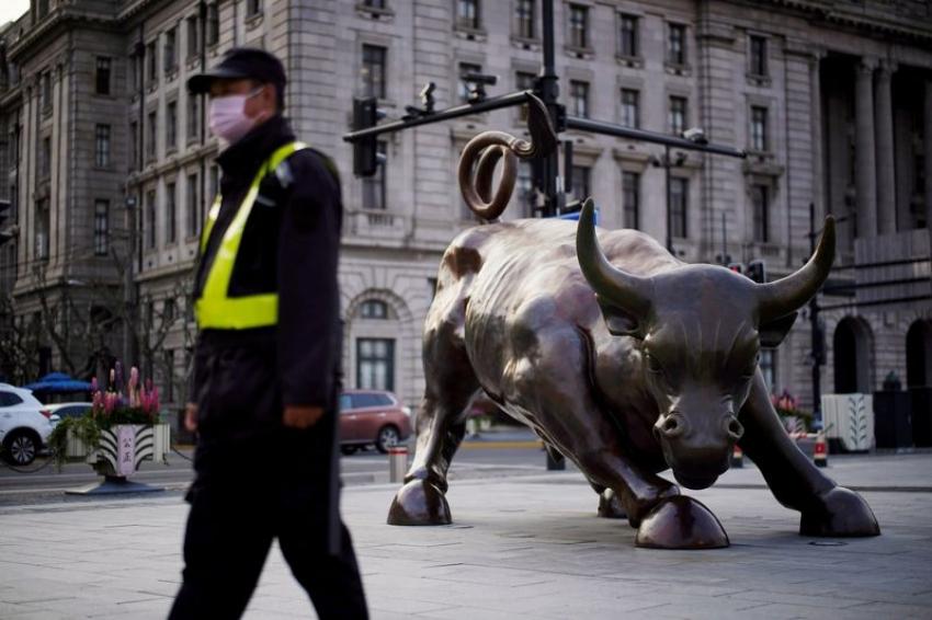الأسهم الأمريكية تتراجع في نهاية أسبوع مشحون