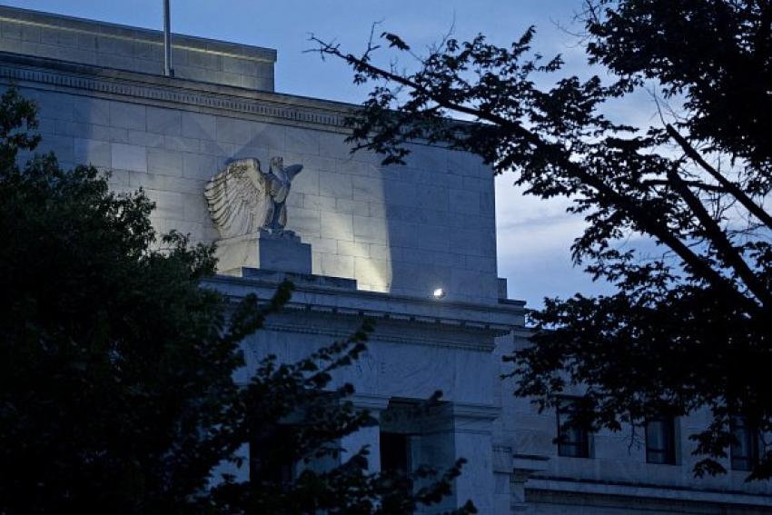 """الفيدرالي يلمح إلى تقليص شراء السندات """"قريبا"""" ومنقسم حول الفائدة في 2022"""
