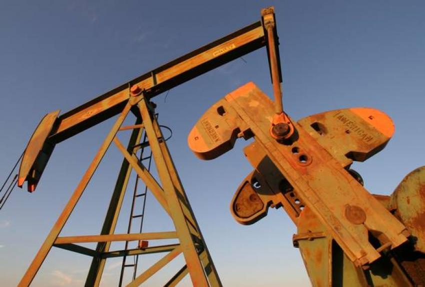 أسعار النفط تواصل خسائرها بعد بيانات تظهر إنتاجا قياسيا من الخام الأمريكي