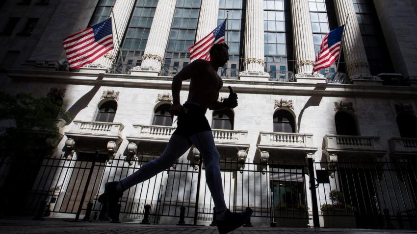الأسهم الأمريكية تنخفض مع استمرار طلبات إعانة البطالة مرتفعة