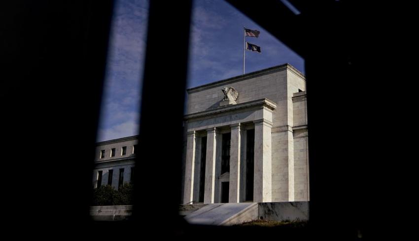 مسؤولو الفيدرالي متفائلون بحذر تجاه الاقتصاد الأمريكي وسط مخاطر جديدة