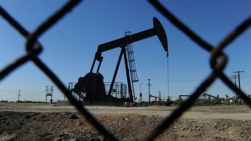 النفط يرتفع لكنه محدود النطاق مع ارتفاع حالات الإصابة بكوفيد -19
