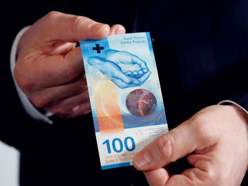 الحكومة السويسرية تدافع عن أسعار الفائدة السالبة وتحذر من تشديد نقدي سابق لأوانه
