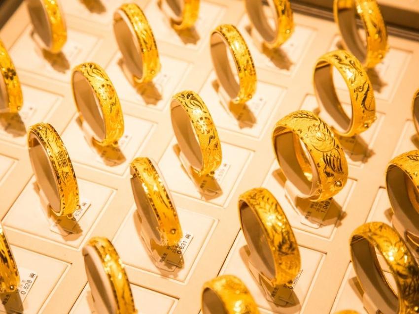الذهب يصعد ضمن نطاقه الضيق والأنظار تتجه إلى اجتماع الفيدرالي