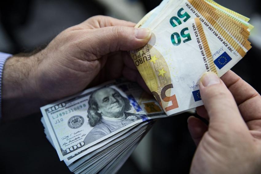 اليورو يقفز بعد توسيع المركزي الأوروبي برنامج شراء السندات