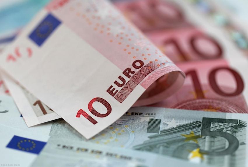 اليورو بالقرب من أدنى مستوياته في سبعة أسابيع قبل صدور بيانات مؤشر مديري المشتريات