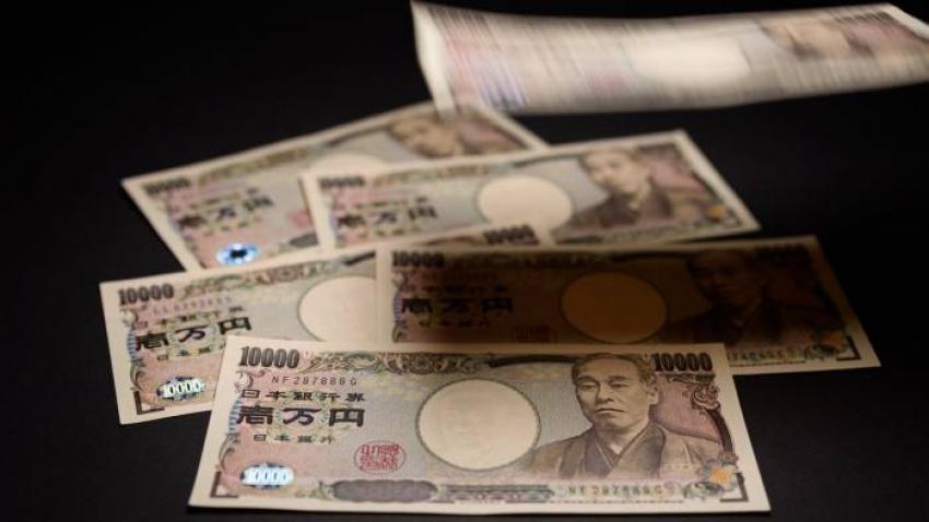 الدولار يهبط أمام نظيره الياباني وسط مظاهر غموض سياسي
