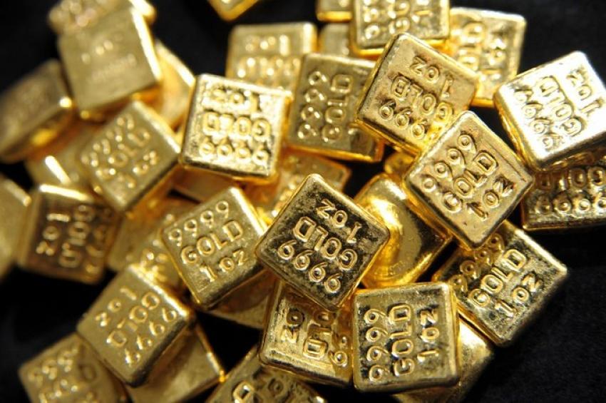 الذهب يتراجع مع صعود الدولار لكن بصدد تحقيق مكسب فصلي