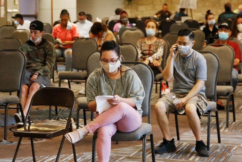 طلبات إعانة البطالة بأمريكا تنخفض ، لكن لاتزال أعلى بكثير من مستوياتها قبل الوباء