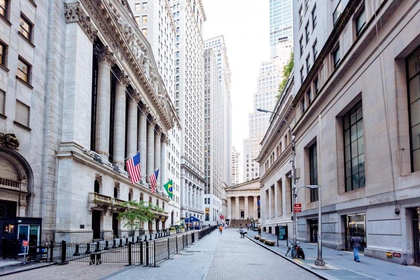 مؤشر الداو يهبط 600 نقطة مع تفاقم موجة بيع في السوق