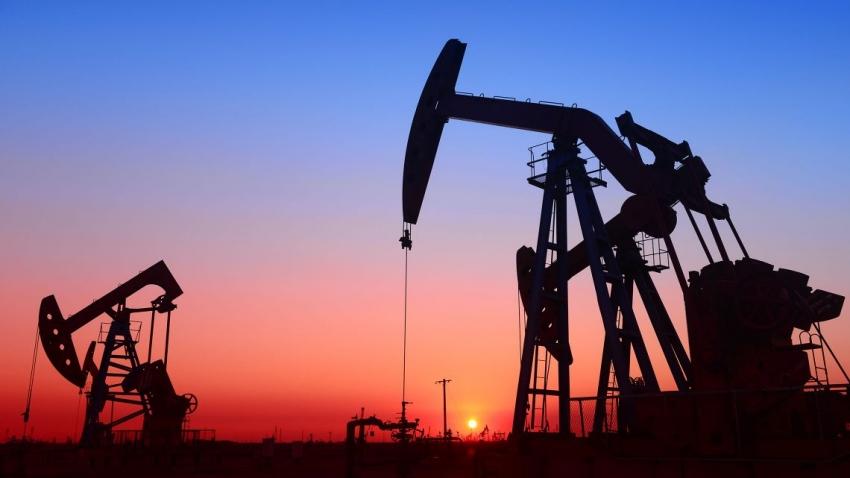يرتفع النفط مع انخفاض المخزون  ويتخطى سعر خام برنت 75 دولارًا للبرميل