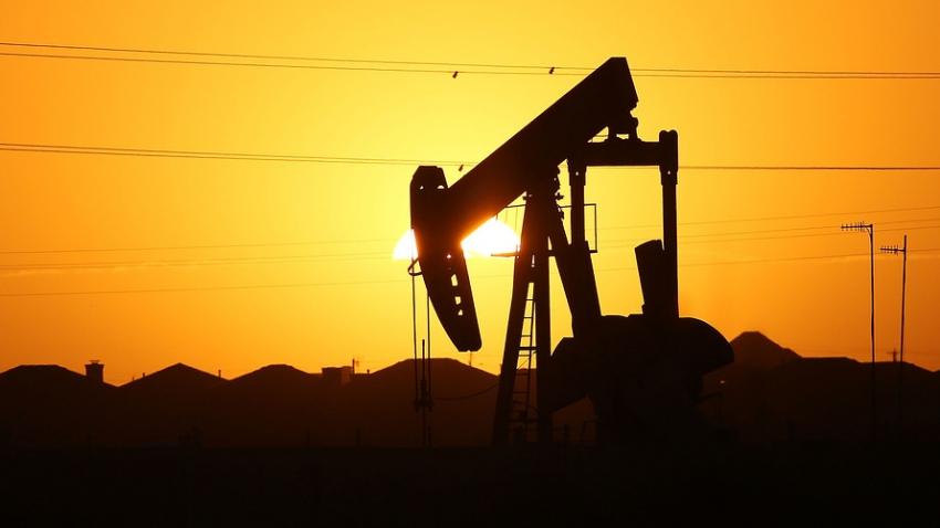النفط يقفز مع تضرر الإعصار الإنتاج الأمريكي بينما تنخفض مخزونات الخام