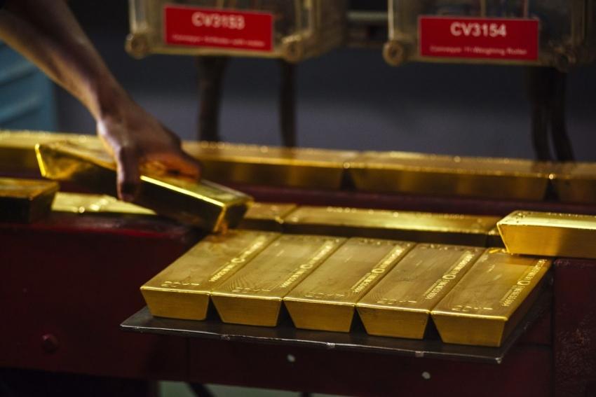 الذهب متماسك فوق 1800 دولار بفعل الفيروس وضعف الدولار