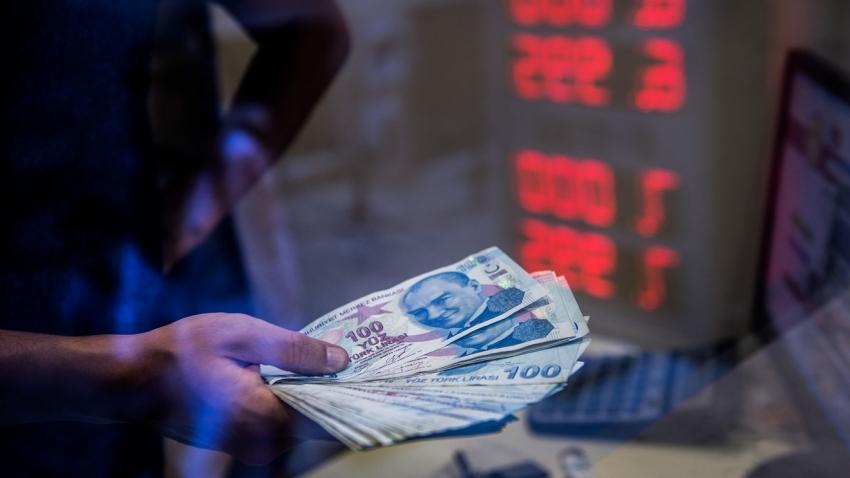 الليرة التركية تهبط إلى مستوى قياسي والبنوك الرسمية تتدخل لوقف نزيف الخسائر
