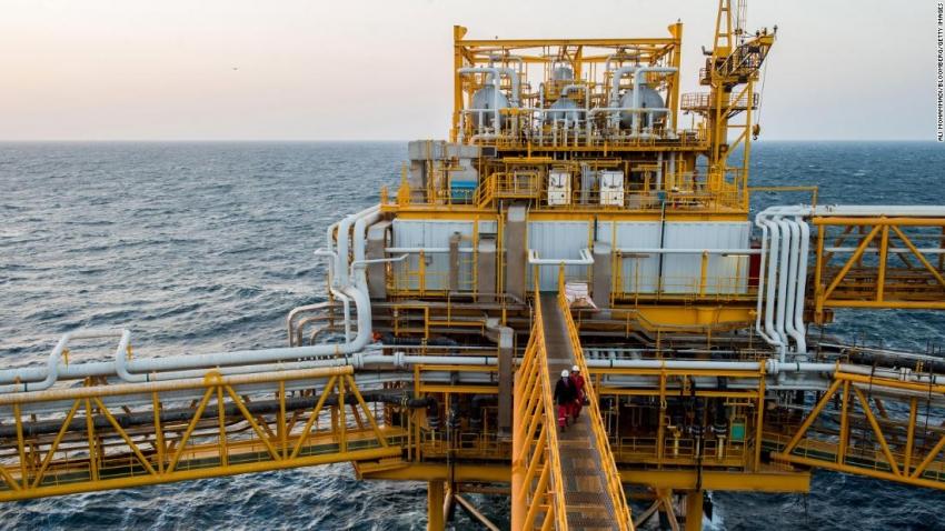 أسعار النفط تحقق قفزة تاريخية بعد تصريح ترامب عن تخفيض سعودي روسي للإنتاج