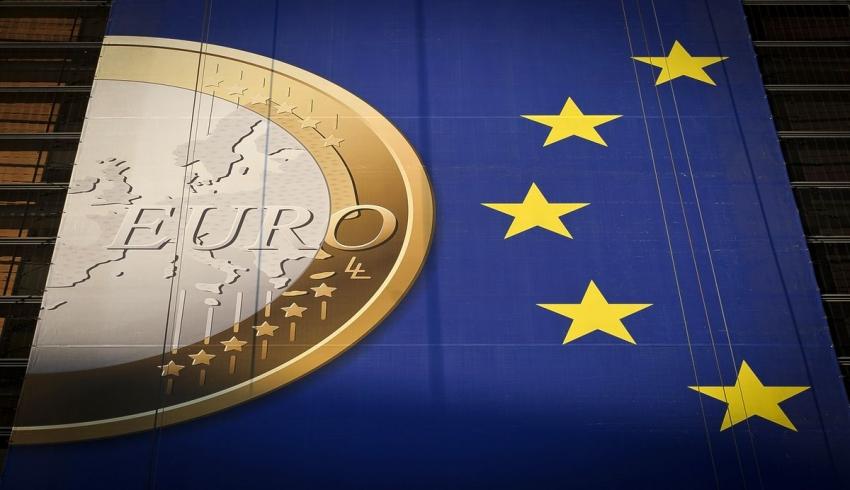 اليورو ينخفض بعد اجتماع خال من التشويق للمركزي الأوروبي