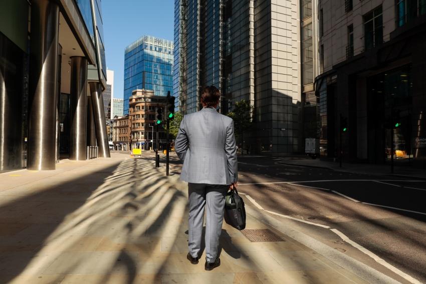 مسؤول ببنك انجلترا يستشهد بالتجربة الأمريكية ويحذر من إعادة فتح الاقتصاد مبكراً