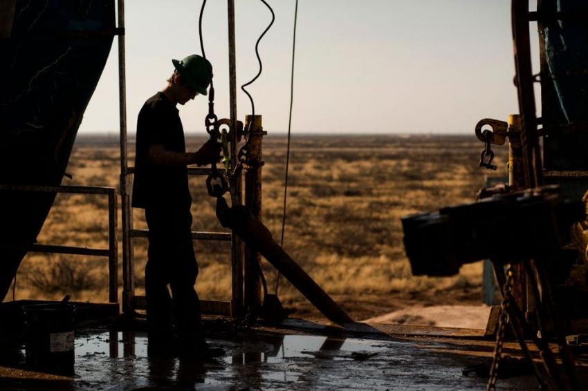أسعار النفط تتراجع بعد زيادة ضخمة مفاجئة في مخزونات البنزين الامريكية