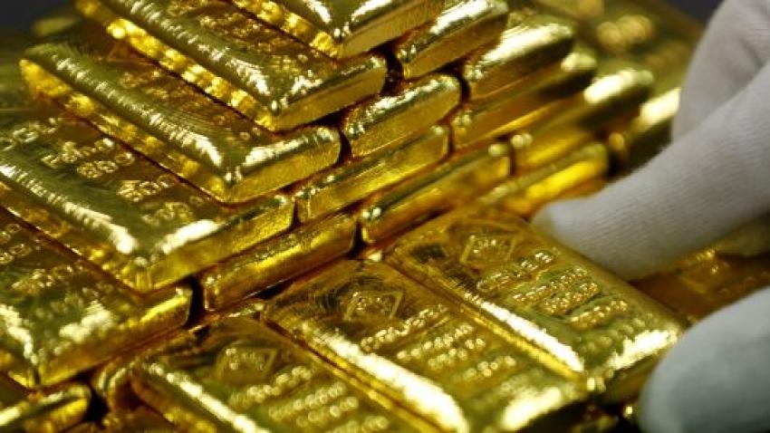 الذهب يسجل أدنى مستوى له في شهر واحد مع انخفاض قوة الدولار