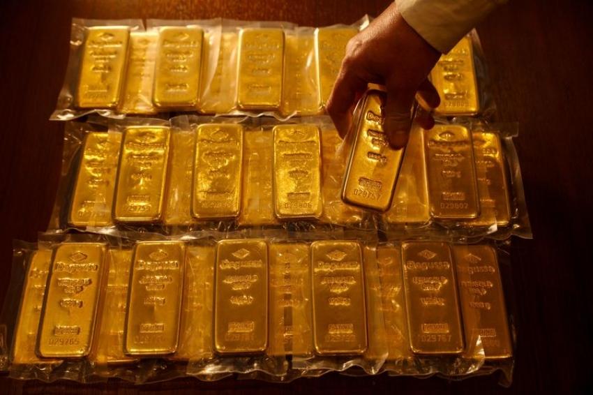 الذهب يتراجع مع ارتفاع عوائد سندات الخزانة والدولار قويا