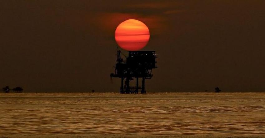 النفط يقترب من 75 دولار في ظل إنكماش المخزونات الأمريكية