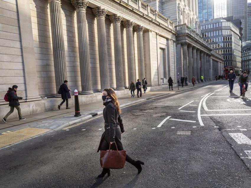 بنك انجلترا يخفض أسعار الفائدة إلى 0.1% ويستأنف برنامج التيسير الكمي