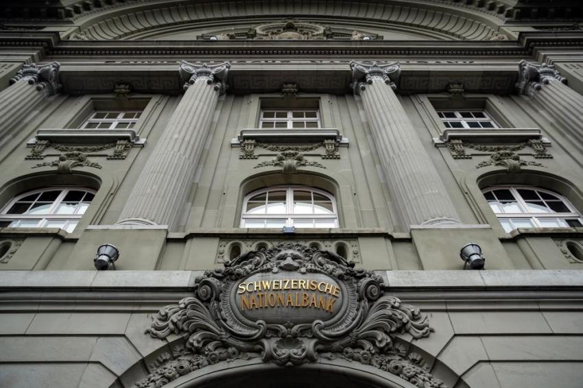 المركزي السويسري يبقي أسعار الفائدة دون تغيير ويكثف التدخلات في سوق العملة