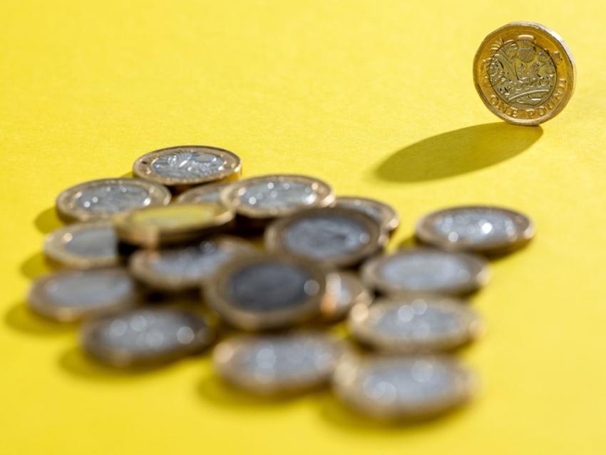 تعافي الدولار يقود الاسترليني دون 1.35 دولار