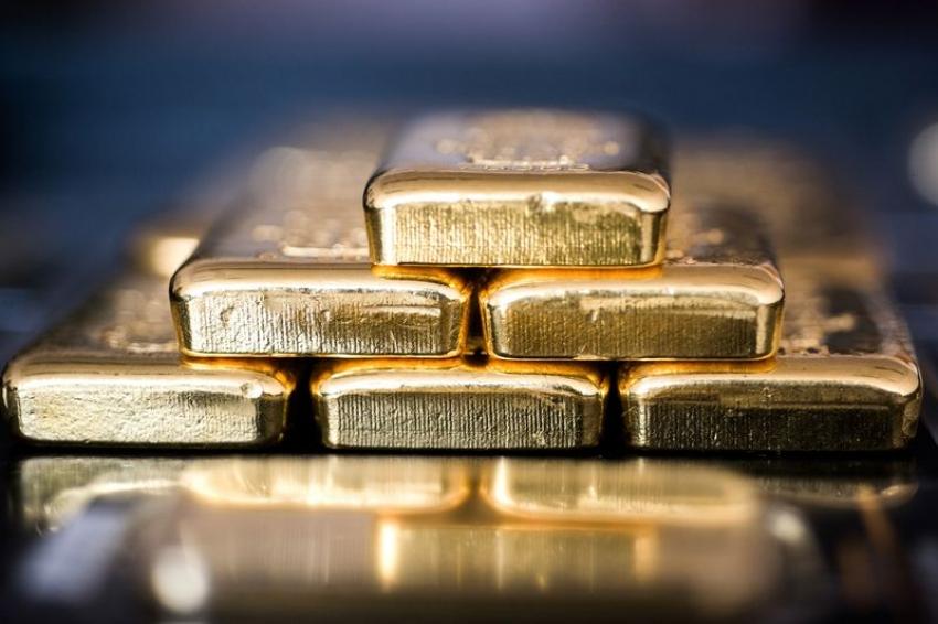 الذهب يتراجع مع صعود الدولار لكن بصدد أول مكسب أسبوعي في 3 أسابيع