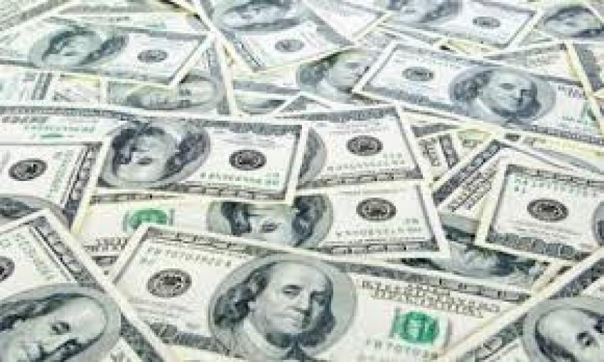 حقق الدولار مكاسب يوم الخميس مع اندفاع المستثمرين لسلامة العملة الأكثر سيولة في العالم بالنظر إلى الاضطراب الهائل في التجارة العالمية بسبب وباء الفيروس